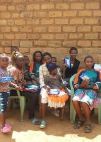Voorlichting AFRIpads, herbruikbaar maandverband, projecten Circle4life Kenia