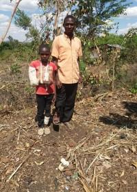 Baluka met zijn grote broer Onesmus, gipsarm, verbonden been, ongeluk, Kenia, Circle4life, ziekenhuis