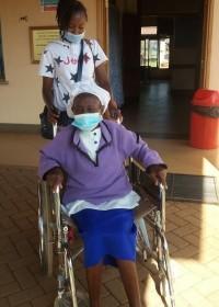 Na een geslaagde operatie weer naar huis, oma Agnes, medische hulp, Circle4life Kenia