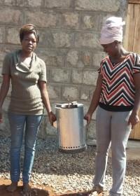 Uitleg Wisdom Stove jiko, Alice, maatschappelijk werkster, Kenia, Kamunyu, family empowerment
