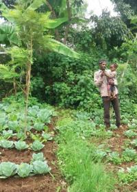 John op zijn shamba, de groenten staan er geweldig bij, Circle4life Kenia
