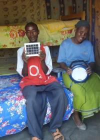 Solarlicht om 's avonds huiswerk te maken, de kers op de slagroom, afronding bouwproject, Kamunyu, Circle4life Kenya