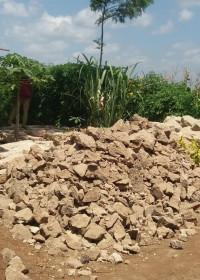 De bouwmaterialen zijn geleverd, stenen op maat maken, bouw huis, Kamunyu Kenya, Circle4life