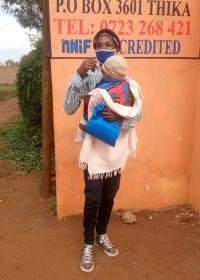 Papa Mundia met Magda voor de kliniek, consult en inenting, Circle4life Kenia