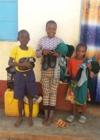 Dekleindochters van oma Agnes met hun nieuwe schooluniformen, Circle4life Kenia, Donyo Sabuk