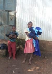 Het broertje en zusje van Jane, Uamani, met hun nieuwe schooluniformen, Circle4life Kenia