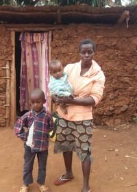 Josephine en haar twee kindjes voor het kleihutje, Circle4life Kenia