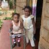 Grote zus Eliza helpt Dedii (Akoth) iedere dag met lopen, medische hulp, revalidatie, Circle4life Kenia