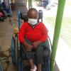 Akoth zit klaar om opgehaald te worden, schoolvakantie, revalidatiekliniek Ol Kalou, Kenia, Circle4life