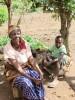 Ritha en David buiten bij hun huisje in Uamani, Kenia, medische hulp, crisis hulp, onderwijs