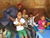 Mundia en zijn vier kinderen, Mithini, Kenya